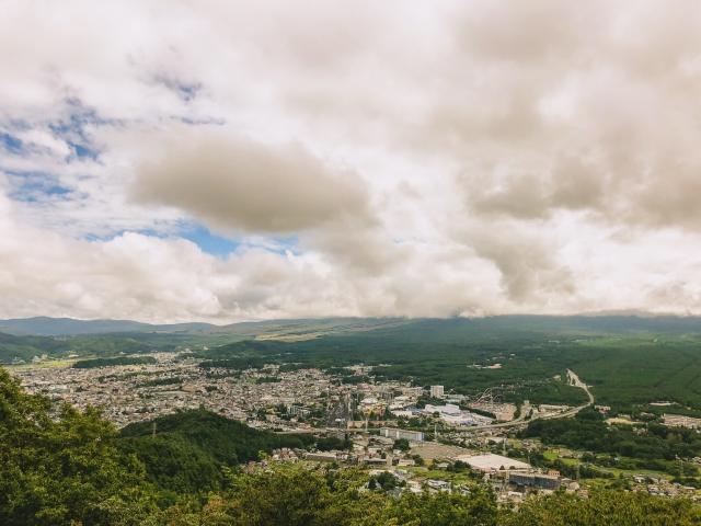 雲がなければ右手の樹海の先に富士山があるのですが。。。また次回!