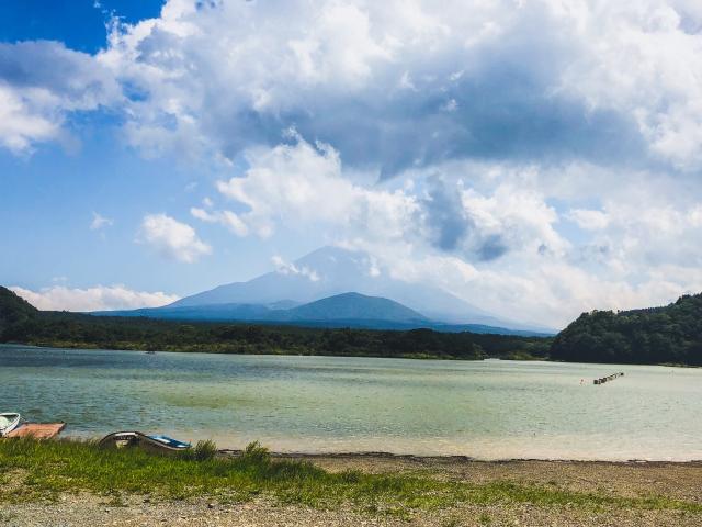 浜辺から。富士山に雲がかかってしまったのが少し残念ですが、それはそれで乙ですね^ ^