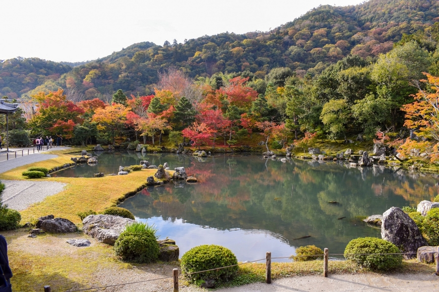 嵐山の天龍寺_紅葉に染まる曹源池庭園
