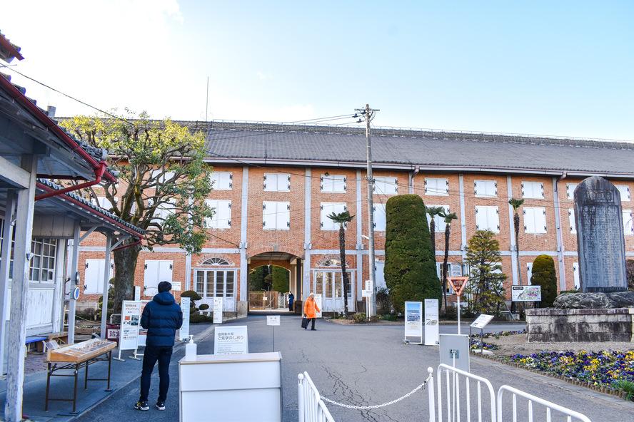 富岡製糸場_入り口からの東繭倉庫