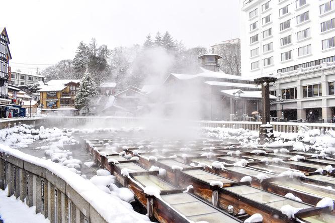 朝の草津温泉_雪化粧と湯畑