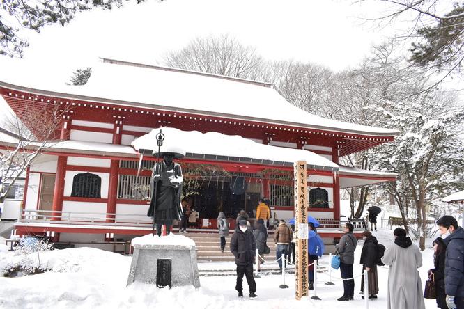 朝の草津温泉_雪化粧と光泉寺
