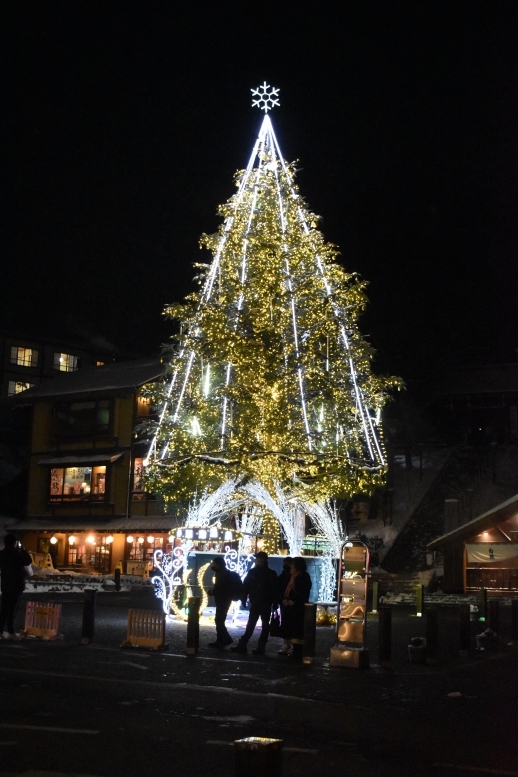 雪の草津温泉_クリスマスツリーとライトアップ