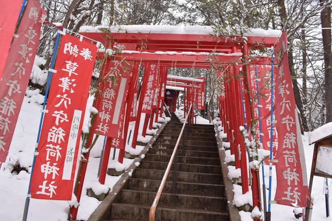 草津温泉・雪の西の河原公園_稲荷神社と鳥居