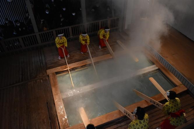 草津温泉名物の湯もみショー