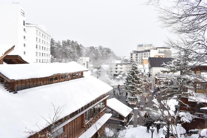 雪の草津温泉_光泉寺から眺める湯畑