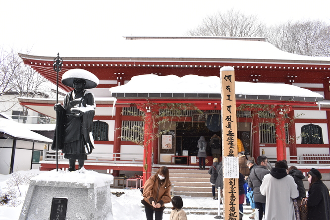 雪の草津温泉_光泉寺の本堂