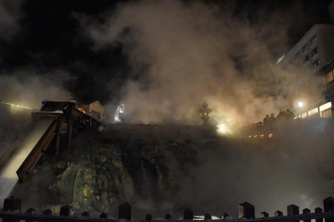 雪の草津温泉_夜の湯畑とライトアップ