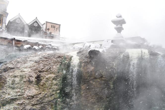 雪の草津温泉_湯畑と湯煙