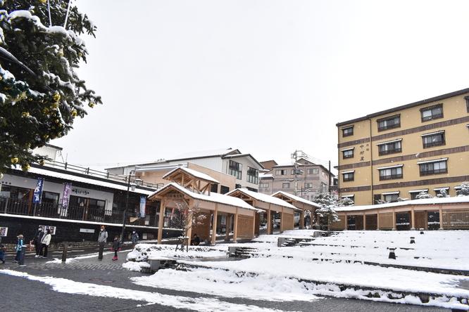 雪の草津温泉_湯畑から眺める温泉街