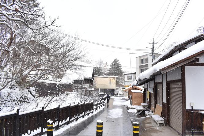 雪の草津温泉_西の河原公園から眺める温泉街