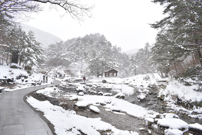 雪の草津温泉_西の河原公園と湯煙