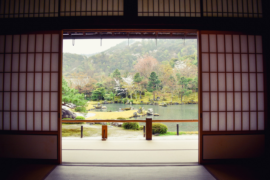京都・嵐山の天龍寺_方丈から眺める曹源池庭園