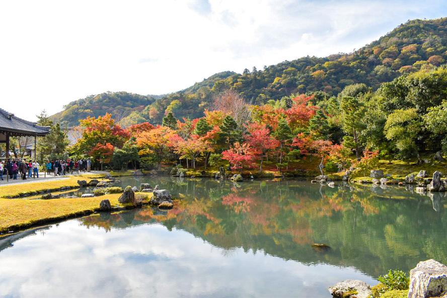 京都・嵐山の天龍寺_紅葉に染まる曹源池庭園