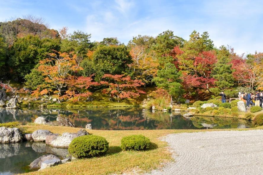 天龍寺_方丈の縁側から眺める曹源池庭園.