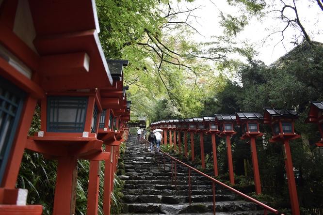 貴船神社_本宮の灯籠と階段の参道風景