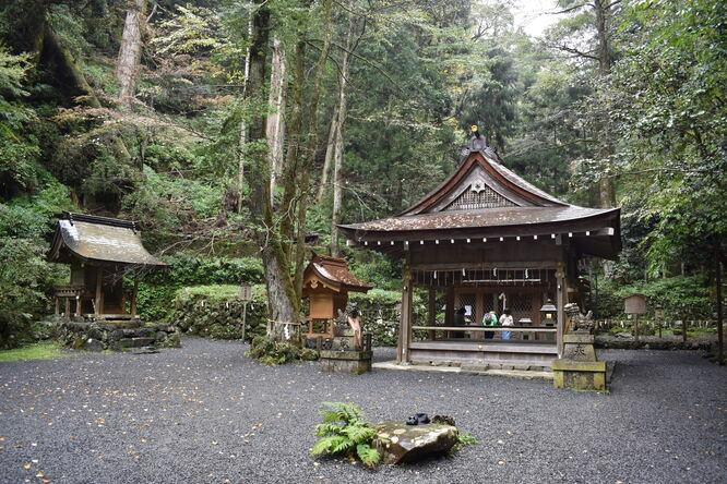 貴船神社の奥宮_本殿と船形石