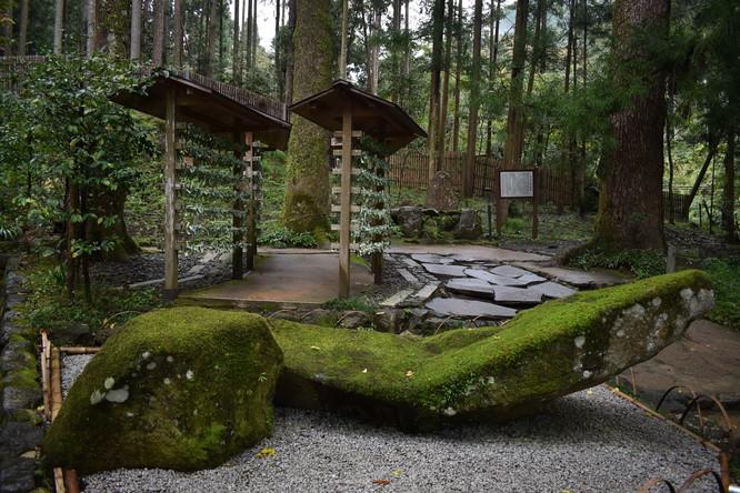 貴船神社の結社_船形の庭石