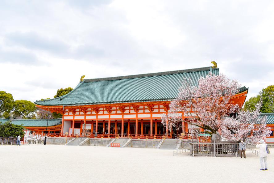平安神宮_大極殿と左近の桜