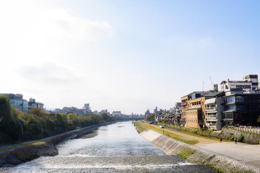 青空と鴨川・京都市内
