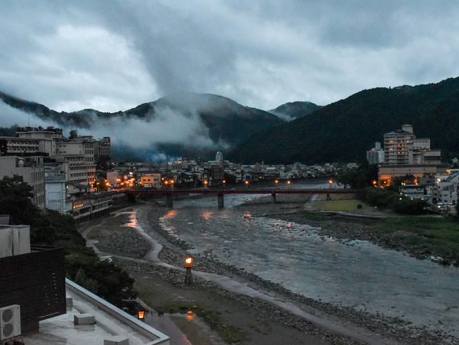 黄昏時の下呂温泉の風景_湯煙温泉街と飛騨川