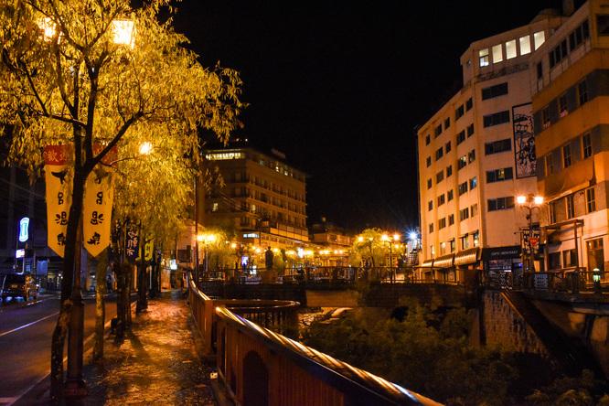 下呂温泉_夜の温泉街と雨の風景