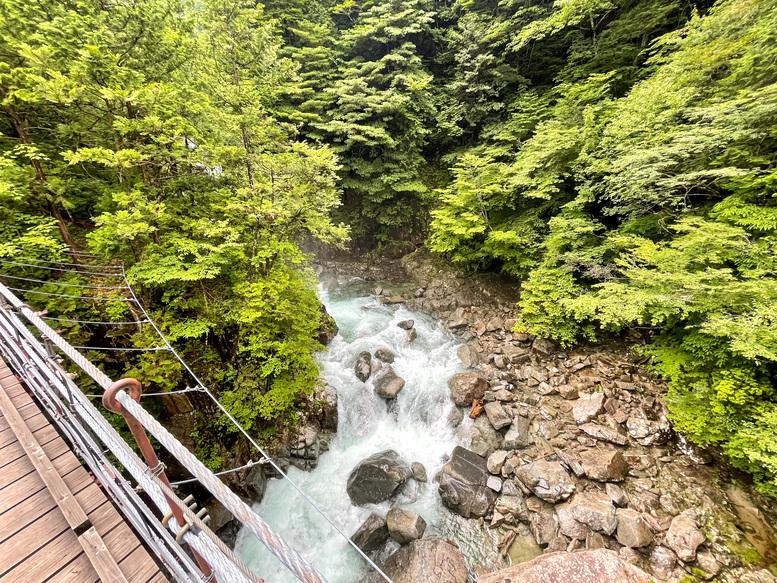付知峡_岐阜の自然観光_吊り橋と川の流れ