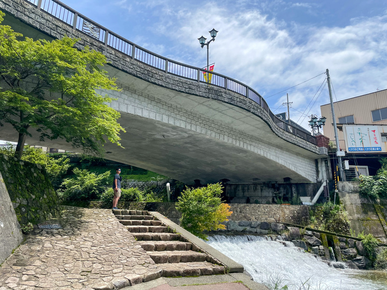 下呂温泉_温泉街と飛騨川の風景
