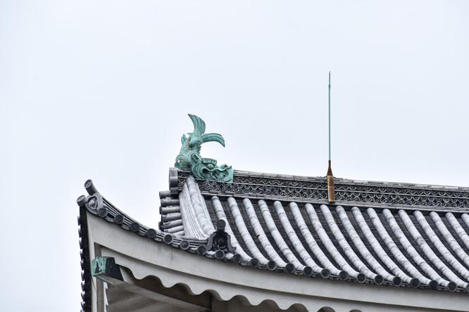 城下から眺める名古屋城_しゃちほこ